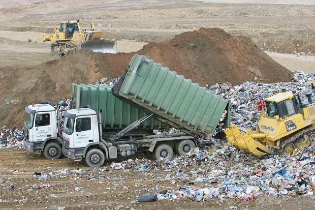 Έδειραν δημοτικό υπάλληλο γιατί του έπεσαν τα σκουπίδια