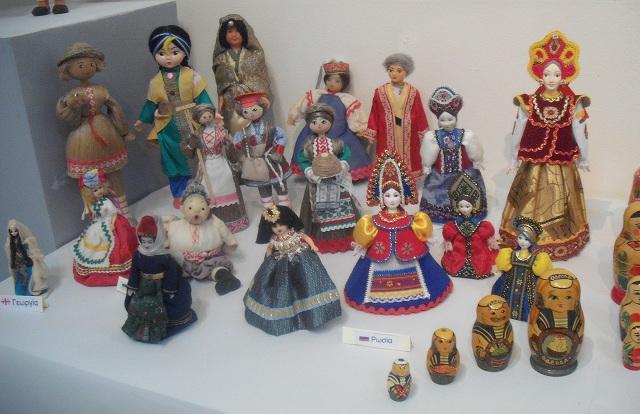 Παρατείνεται η έκθεση, Οι κούκλες μου ...οι ομορφιές του κόσμου