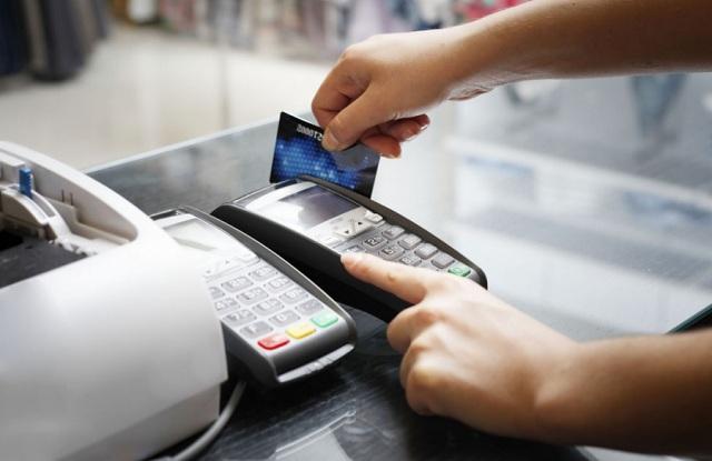 Οι χρεωστικές κάρτες κερδίζουν έδαφος