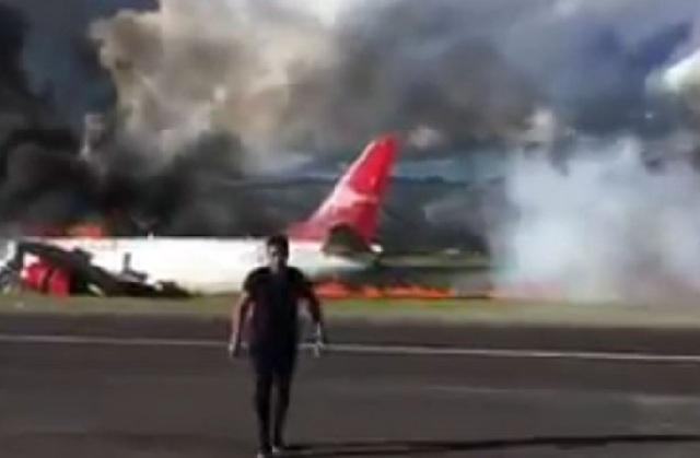 Boeing τυλίχτηκε στις φλόγες κατά την προσγείωση [video]