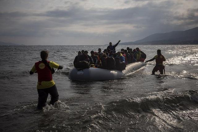 Παιδάκι ντυμένο... μπάτμαν ανάμεσα στους 176 μετανάστες που έφτασαν σε Χίο και Λέσβο