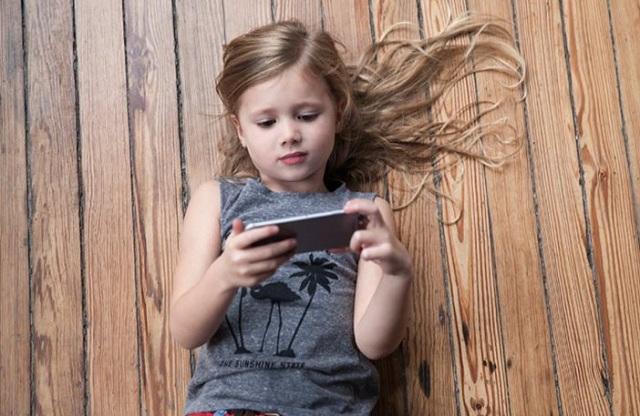 Οι ειδικοί προειδοποιούν: Όχι κινητά τηλέφωνα σε παιδιά κάτω των 12