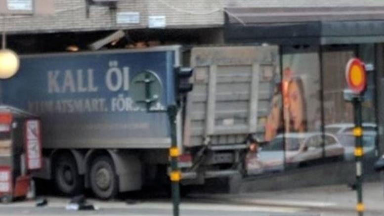 Φορτηγό έπεσε σε πεζούς στη Στοκχόλμη, τουλάχιστον 5 νεκροί