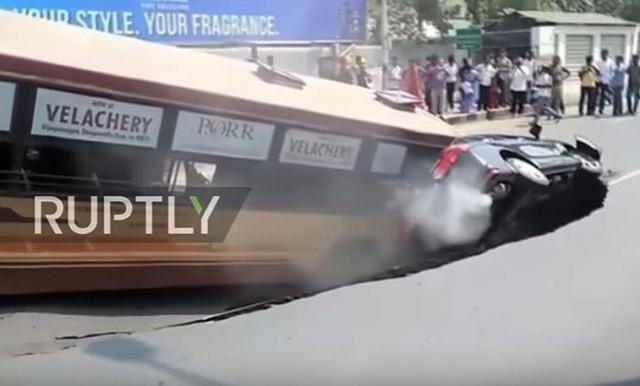 Ο δρόμος άνοιξε και «κατάπιε» ένα λεωφορείο και ένα αυτοκίνητο