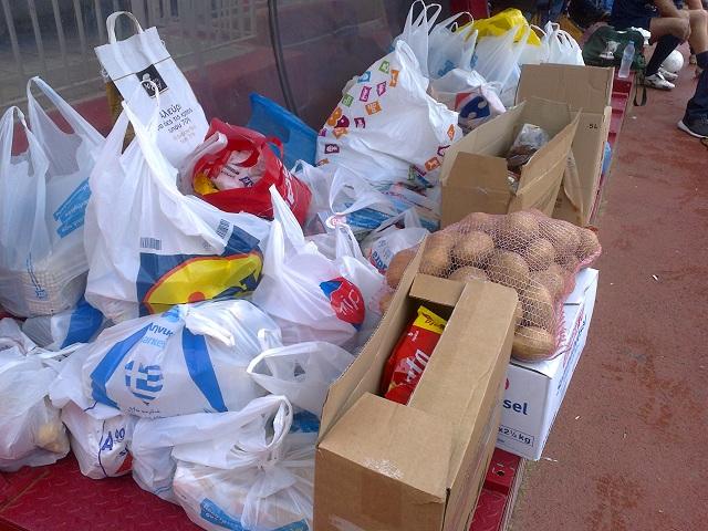 Με τις ώρες στην ουρά οι δικαιούχοι για μια σακούλα τρόφιμα