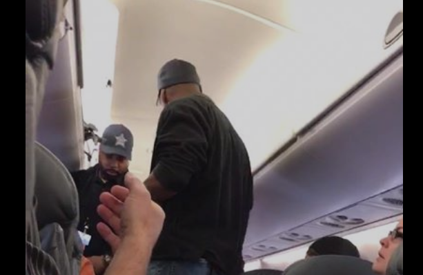 Οργή για τον επιβάτη που έσυραν βίαια έξω από το αεροπλάνο