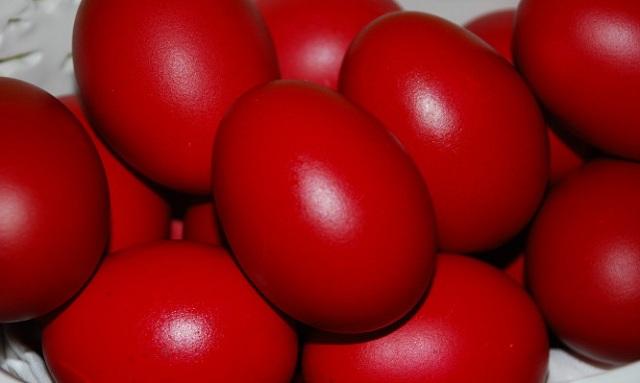 Προσοχή με τα βαμμένα αυγά. Μέχρι πόσο μένουν εκτός ψυγείου