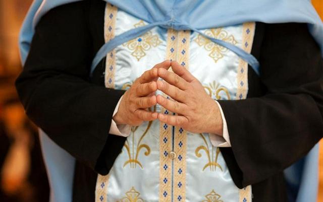 Ιερέας δεν μύρωσε γυναίκες γιατί φορούσαν το ...«διεφθαρμένο» παντελόνι