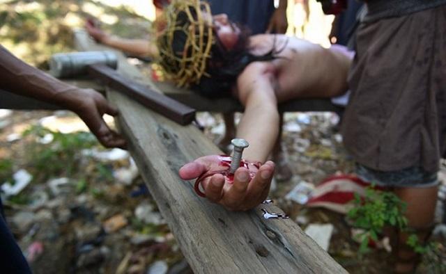 Σκληρές εικόνες από τη «ματωμένη» αναπαράσταση των παθών του Ιησού στις Φιλιππίνες