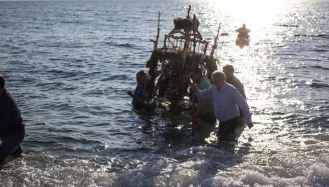 Νάξος: Η περιφορά του Επιταφίου μέσα στη θάλασσα