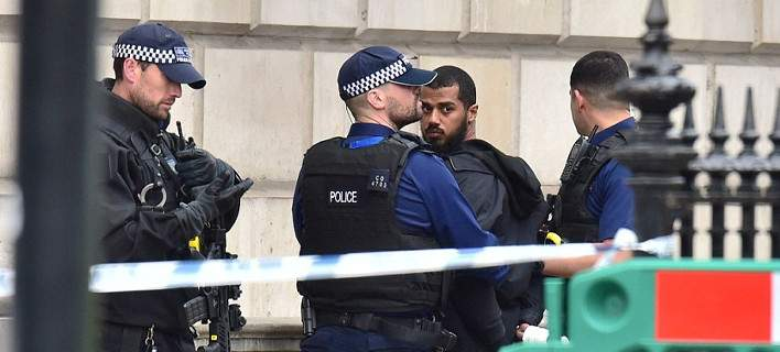 Συνελήφθη άνδρας με σακίδιο γεμάτο μαχαίρια, έξω από το γραφείο της Τερέζα Μέι [photos]