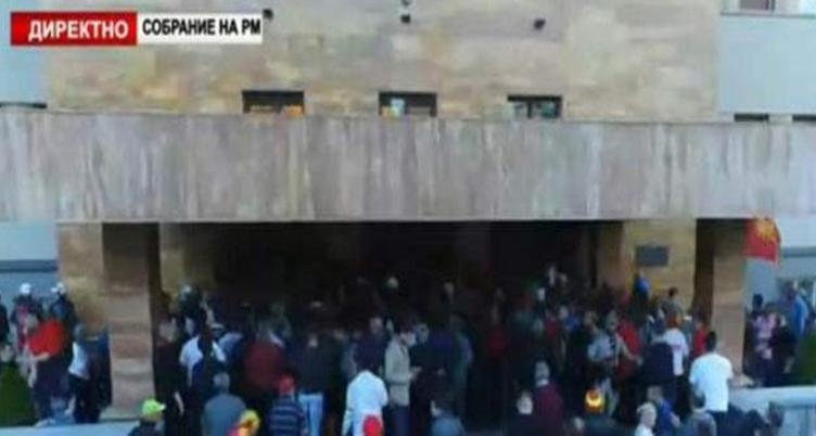 Έκρυθμη η κατάσταση στην ΠΓΔΜ, εισβολή εθνικιστών στη Βουλή