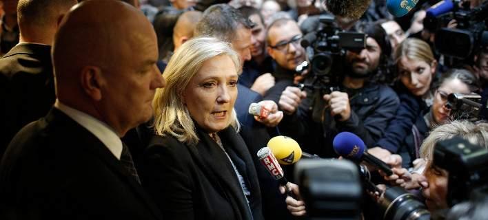 Γαλλία: 29 σωματεία δημοσιογράφων καταγγέλλουν τη Λεπέν για παρεμπόδιση δημοσιογραφικής ελευθερίας