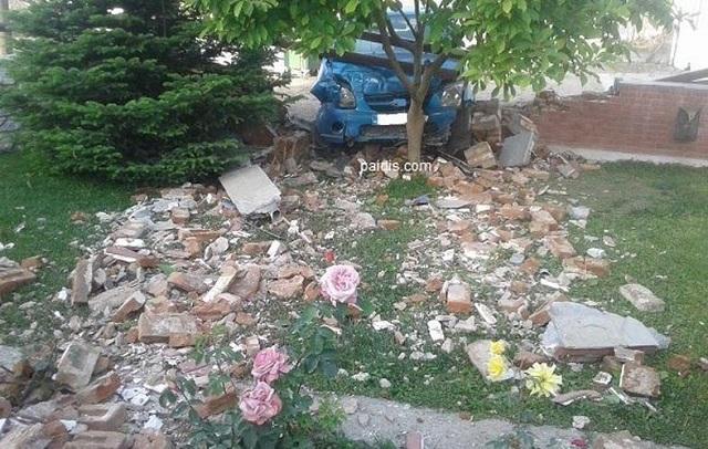 Ι.Χ «μπούκαρε» σε αυλή σπιτιού στον Αμπελώνα. Τραυματίστηκε ο οδηγός