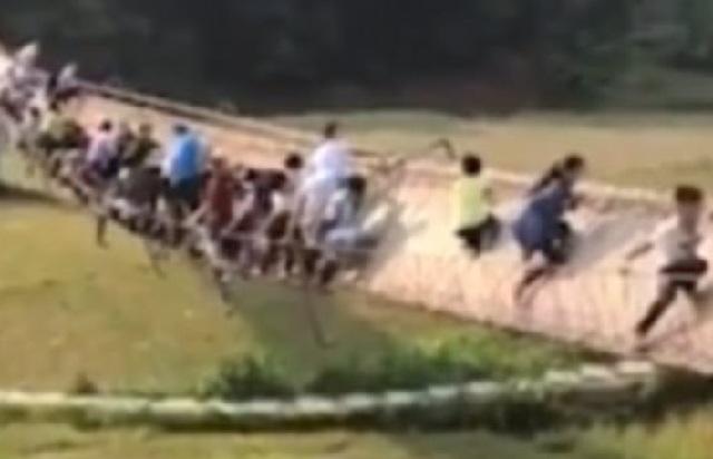 Τρόμος για δεκάδες τουρίστες που βρέθηκαν στο κενό από τις χαλαρές βίδες γέφυρας