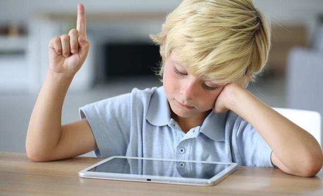Τα παιδάκια που παίζουν με κινητά και tablet αρχίζουν να μιλάνε με καθυστέρηση