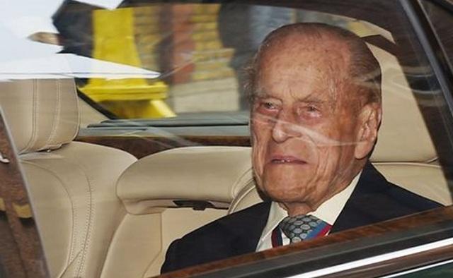 Με δάκρυα στα μάτια, ο πρίγκιπας Φίλιππος αποχωρεί από το Μπάκιγχαμ