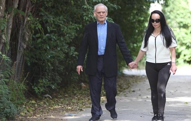 Χέρι-χέρι με τη Βίκυ ο Άκης πήγε το παιδί του στο σχολείο
