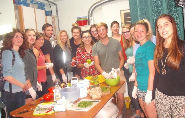 Νέοι εθελοντές μαγείρεψαν για απόρους του Βόλου