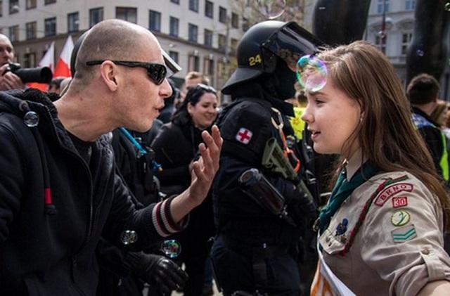16χρονη πρόσκοπος που όρθωσε το ανάστημά της σε νεοναζί: Θα συνεχίσωνα παλεύω το μίσος
