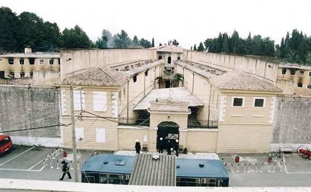 Σωφρονιστικός υπάλληλος τα «έπαιρνε» από κρατούμενους