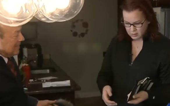 Βρήκε μετά από 8 χρόνια το κλεμμένο πορτοφόλι της (video)