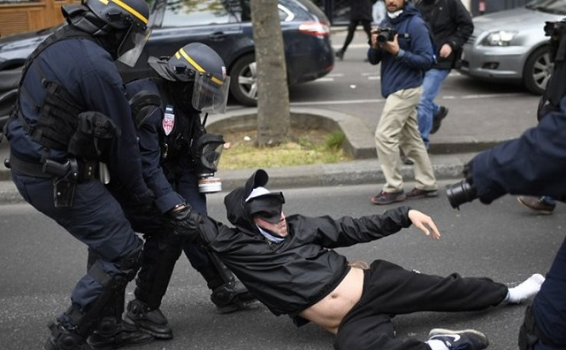 Γαλλία: Δακρυγόνα και άγριες συγκρούσεις στη διαδήλωση-υποδοχή για τον Μακρόν