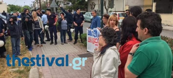Φρέναραν διαδηλωτές οι οποίοι πήγαιναν στο Κέντρο Υγείας που επισκέπτεται ο Τσίπρας [εικόνες]