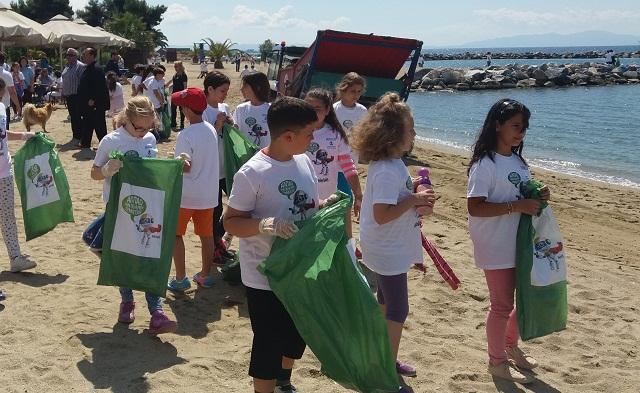 Μαθητές τεσσάρων Σχολείων καθάρισαν τις ακτές σε Αναυρο και Πλάκες