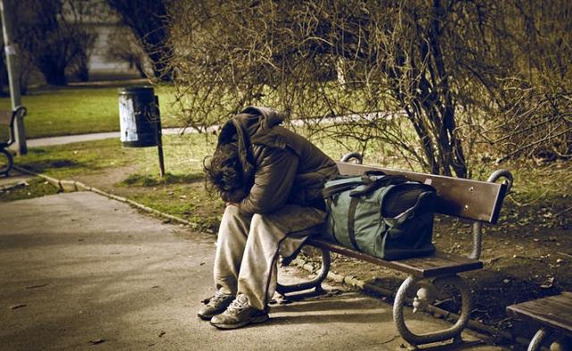 52χρονη στον Βόλο κοιμάται σε παγκάκι