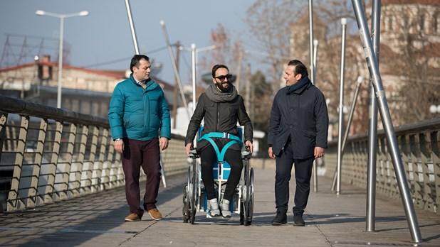 Λαρισαίοι έφτιαξαν αναπηρικό αμαξίδιο που ανυψώνεται