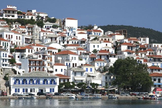 Εξωπραγματική αγγελία στη Σκόπελο: 1.500 ευρώ, αυτοκίνητο, σκάφος και διαμέρισμα με πισίνα
