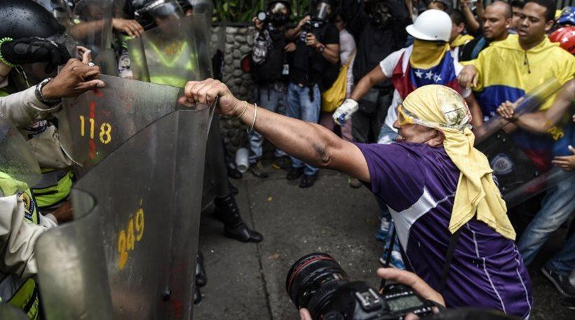 Βενεζουέλα: Τεθωρακισμένα, δακρυγόνα και άγριο ξύλο σε συνταξιούχους