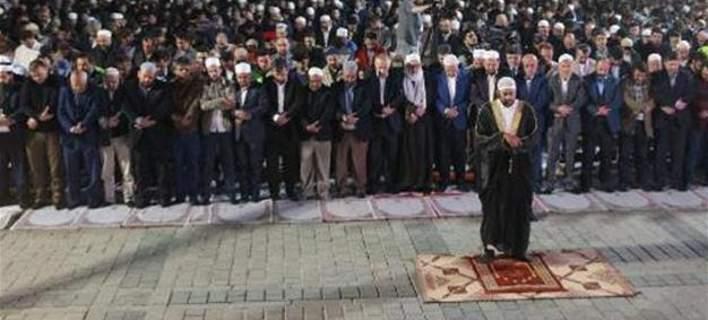 Μουσουλμανική ομάδα προσευχήθηκε μπροστά στην Αγιά Σοφιά ζητώντας να γίνει τζαμί