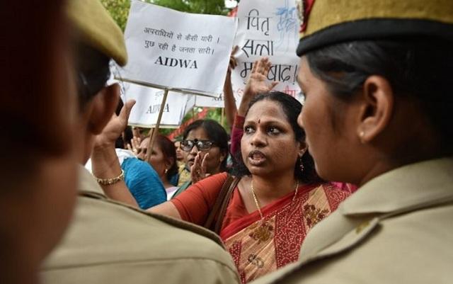 Ινδία: Βίασαν ομαδικά 23χρονη & της έλιωσαν το κρανίο με τούβλα