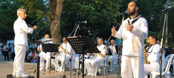 Συγκίνησε η μπάντα του Ναυτικού στη Λάρισα. Αφιέρωσε τραγούδι στους νεκρούς αξιωματικούς του Χιούι