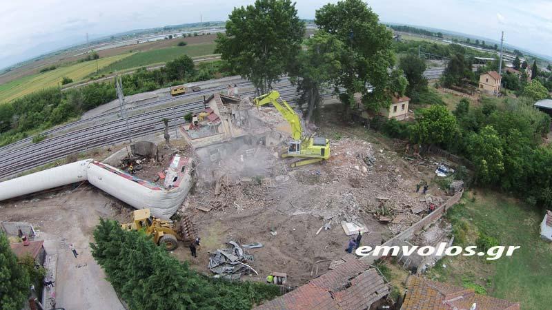 Άδενδρο: Κατεδαφίζουν το κτήριο για τον απεγκλωβισμό του τρένου