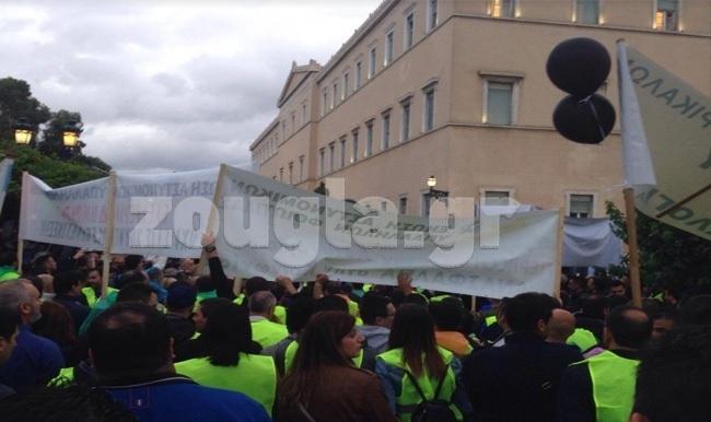 Μικροένταση μπροστά από τη Βουλή κατά τη διάρκεια της διαμαρτυρίας των ενστόλων