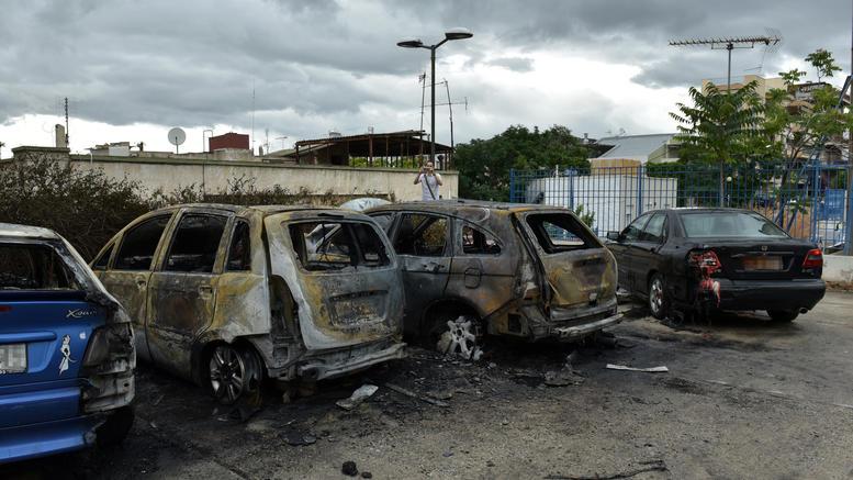 Κουκουλοφόροι έκαψαν πέντε αυτοκίνητα στο λόφο του Στρέφη