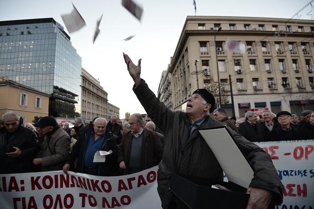 Ολοκληρώθηκε η πορεία των συνταξιούχων στο κέντρο της Αθήνας