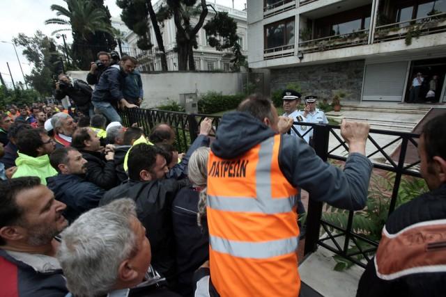 Ένταση στο υπουργείο Διοικητικής Ανασυγκρότησης - Ξήλωσαν καγκελόπορτα