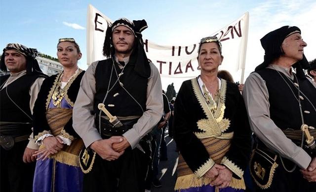 Εύζωνες με τη στολή του Πόντιου αντάρτη στην εκδήλωση για τη Γενοκτονία