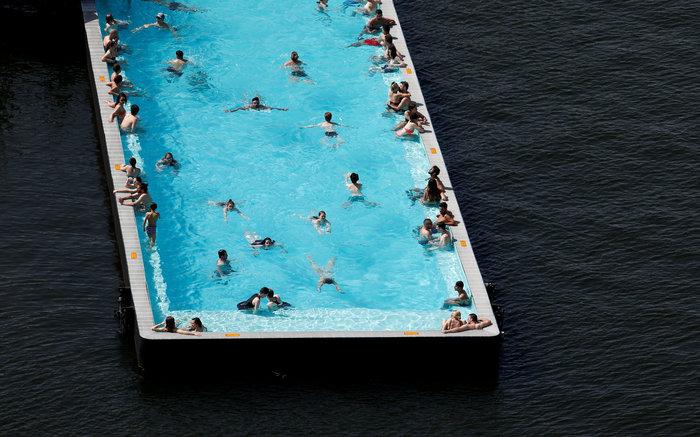 Η φουτουριστική πισίνα που «κολυμπάει» μέσα στον ποταμό [Εικόνες]