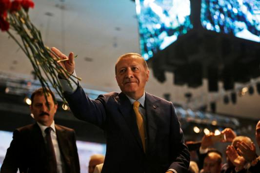Τον ψήφισαν… κι οι πέτρες! Ξανά στην ηγεσία το AKP ο Ερντογάν