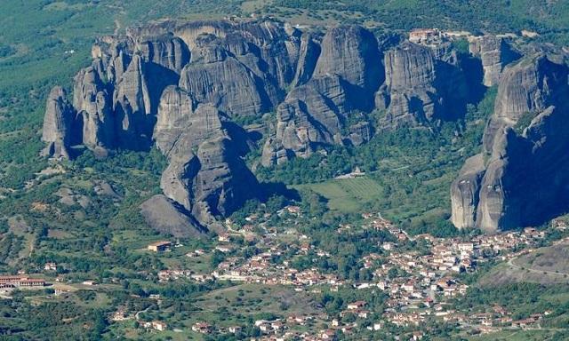 Στο σκοτάδι οι βράχοι των Μετεώρων: «Κυνηγοί χαλκού» έκλεψαν μετασχηματιστές