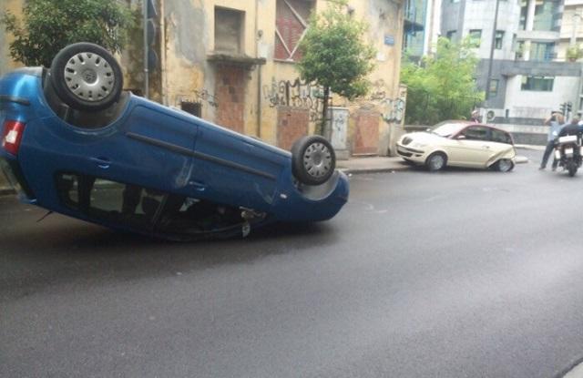 Τούμπαρε αυτοκίνητο στο κέντρο της Λάρισας