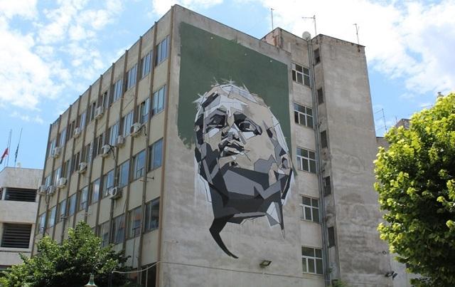 Ο Άγνωστος Νέος: Εικαστική Παρέμβαση σε τοίχο στην Κεντρική Πλατεία της Λάρισας