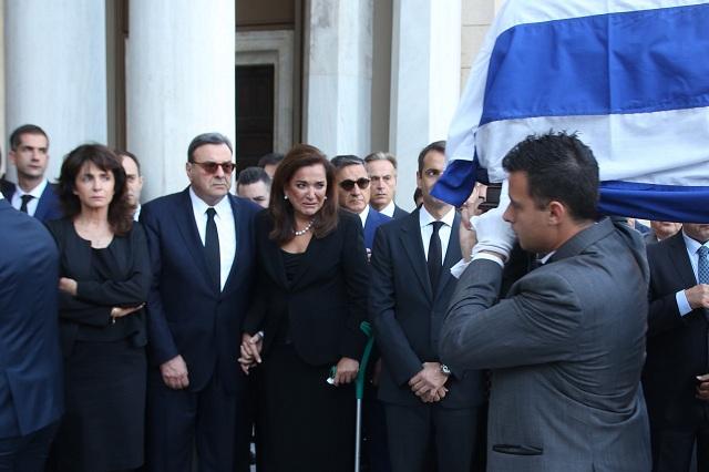 Συγκίνηση στη Μητρόπολη Αθηνών για τον Κων. Μητσοτάκη. Σε λαϊκό προσκύνημα η σορός του
