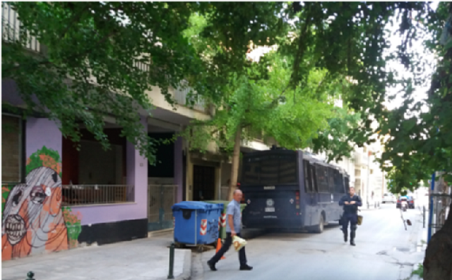 Η Αστυνομία περιφρουρεί σπίτι που είχε καταληφθεί από αντιεξουσιαστές στη Λάρισα