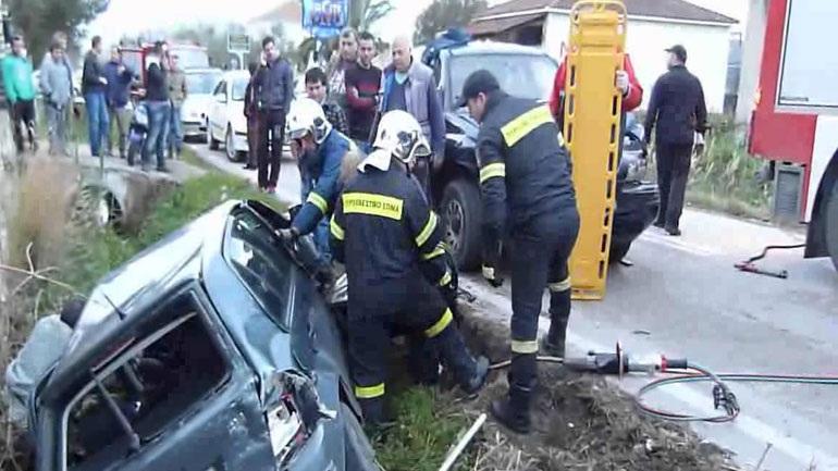 Ανατροπή οχήματος στη Βούλα και απεγκλωβισμός της οδηγού από την Πυροσβεστική